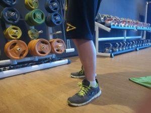 Kleines Logo auf dem linken Bein