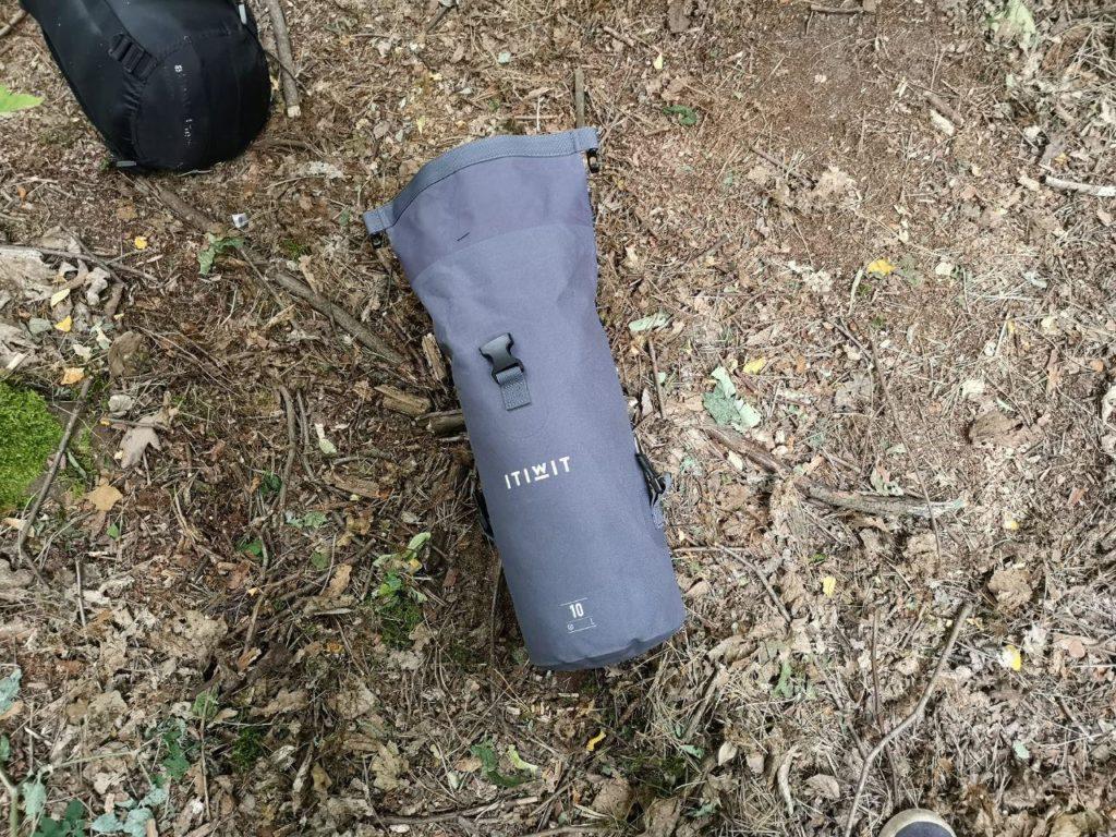 ITIWIT Wasserfeste Tasche am Waldboden