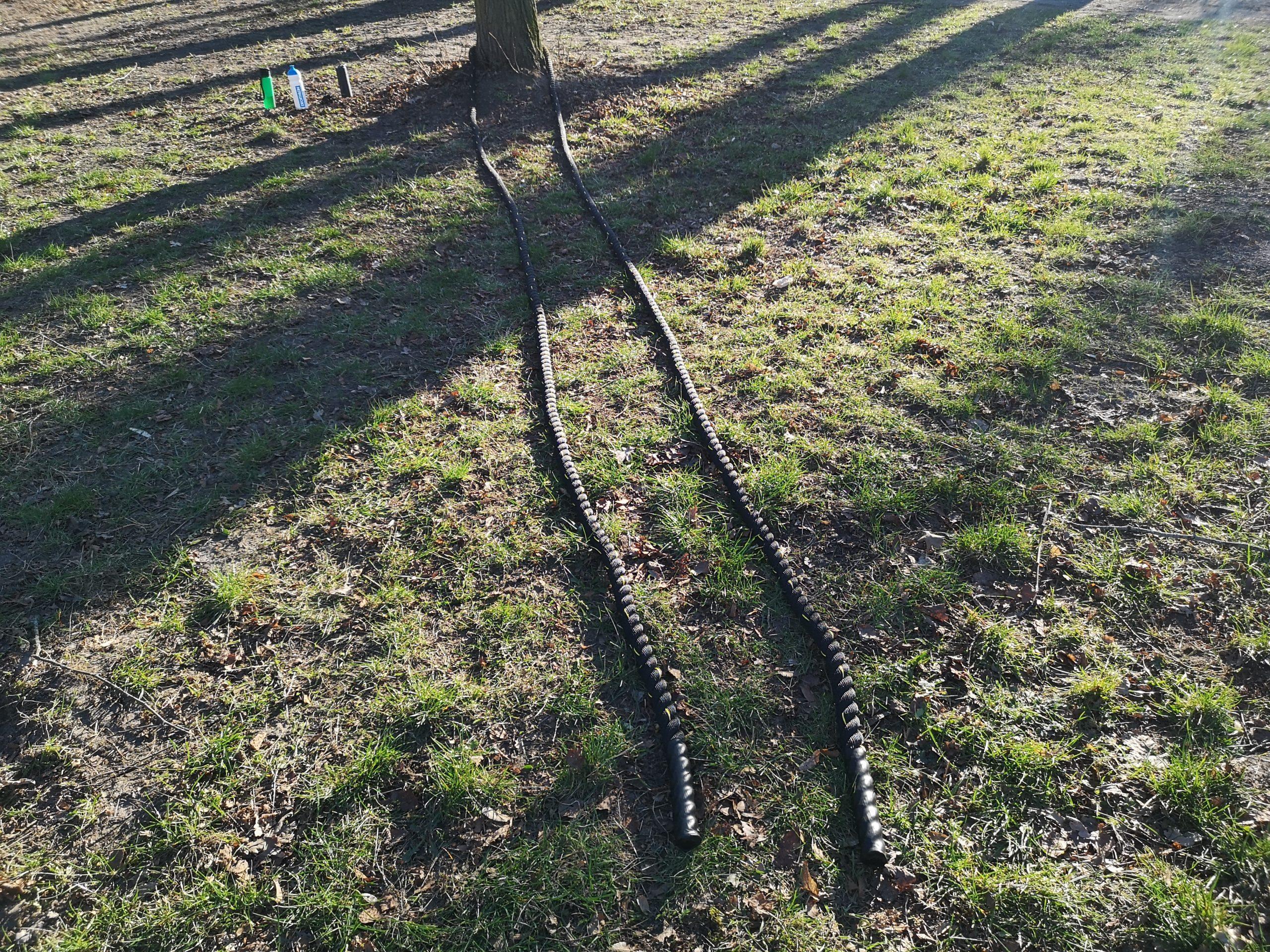 Mit dem Battle Rope im Park trainieren